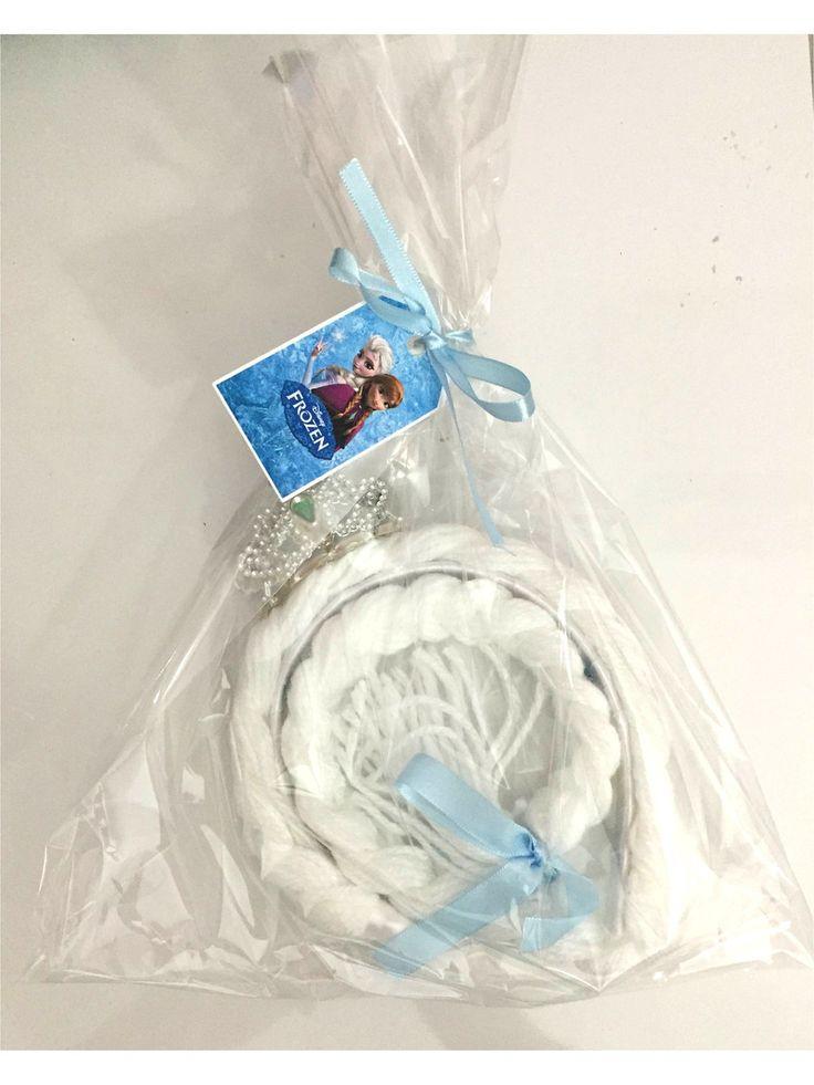 Tiara da Rainha Elsa do desenho Frozen. Confeccionada em lã, aplicação de strass azul claro, com coroa e montada em arco forrado com fita de cetim. Em pedidos de mais de 10 unidades, o valor unitário é R$10,00 e todas as tranças são enviadas com tags personalizadas com nome do aniversariante.   *...