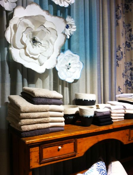 Διακόσμηση βιτρίνας με μεγάλα χάρτινα λουλούδια. Δείτε περισσότερα έργα μας στο  http://www.artease.gr/interior-design/emporikoi-xoroi/