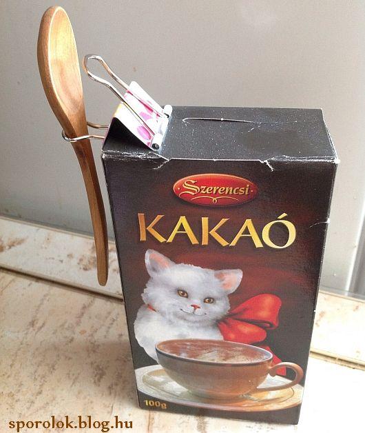 Saját találmány! Legyen minden kakaós, cukros és egyéb doboz mellett mindig kiskanál, hogy ne szenvedjünk az elmosásukkal állandóan. Ez egy binder csipesszel könnyedén megoldható. És még vagány is, ugye? :D