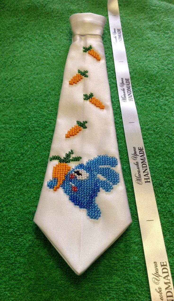 👔 Галстук детский №07. Крой - классический современный галстук. Размер - длина до подушечки 27-29 см. Материал - плотный атлас (на резинке с крючком). Цвет - белый. Бисер - Preciosa (Чехия) (возможно нитки - Мулине Ariadna (Польша) 100% хлопок).
