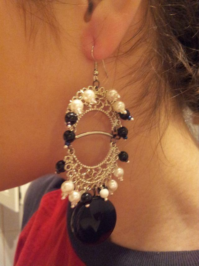 cercei lungi cu accesorii metalice si perle