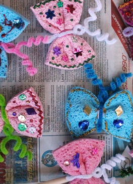 Little ones will love this easy butterfly craft. Simply wrap pipe cleaners around a sponge and hey presto!