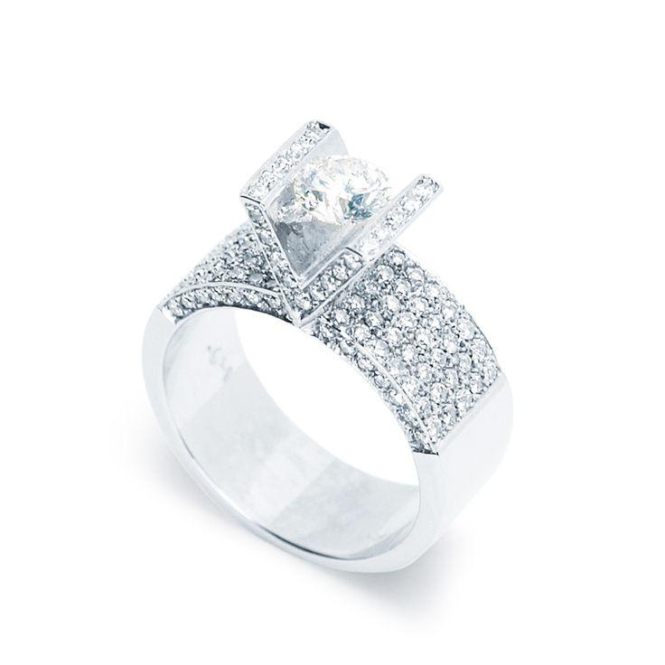 Rengeteg gyémánttal foglalt különleges eljegyzési gyűrű középen 0,6 karátos kővel - Extravagant engagement ring set with 0.6ct diamond and many smaller ones