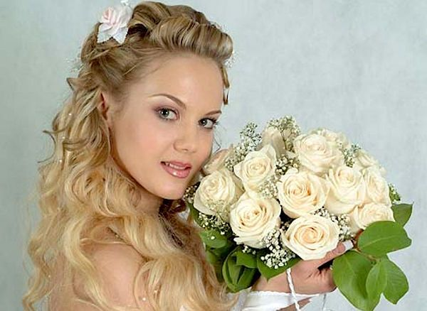 Acconciature da sposa:  naturale bellezza dei capelli ricci biondi.