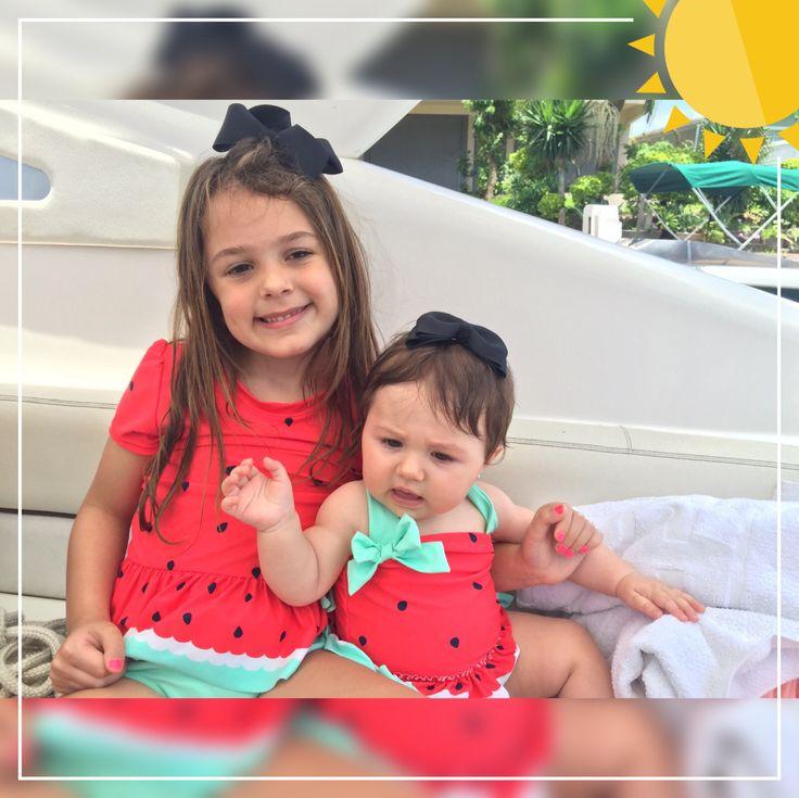 Deux poupées, je veux dire des cousins, vêtus d'un maillot de bain à la pastèque et Lulu …