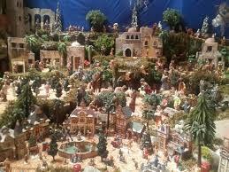 """La idea original de montar un nacimiento fue de San Francisco de Asís, cuando en 1223 en el bosque de Greccio, juntó a hombres y animales para escenificar la natividad de Jesús en vivo.  Los """"belenes"""" o nacimientos se popularizaron en España a principios del siglo XVIII, de donde pasan a México. Hacia 1878 aparecen los primeros árboles de Navidad, con lo que decaen los pesebres; estos resurgen durante la década de 1930 a 1940, cuando se revitaliza la tradición casi abandonada."""