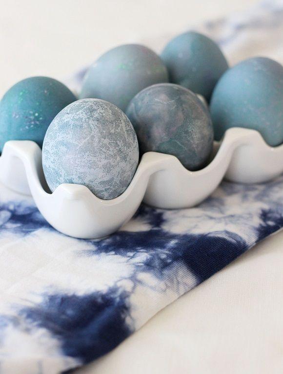 Es macht wirklich Spaß. mit natürlichen Farben Eier zu färben! Ich finde es richtig spannend, was letztendlich dabei herauskommt. Mein Favorit bei der Färbeaktion ist: Rotkohl! Ich finde das Blau, te