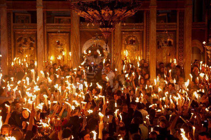 Credincioşi creştini ortodocşi ţin lumânări aprinse de la 'Focul Sfânt', în timp ce mii de pelerini s-au adunat în Biserica Sfântului Mormânt pentru a participa la ceremonia 'Luminii Sfinte', în oraşul vechi din Ierusalim, sâmbătă, 14 aprilie 2012. (  Gali Tibbon / AFP  ) - See more at: http://zoom.mediafax.ro/people/pastele-ortodox-2013-10824778#sthash.AHJ6wGum.dpuf