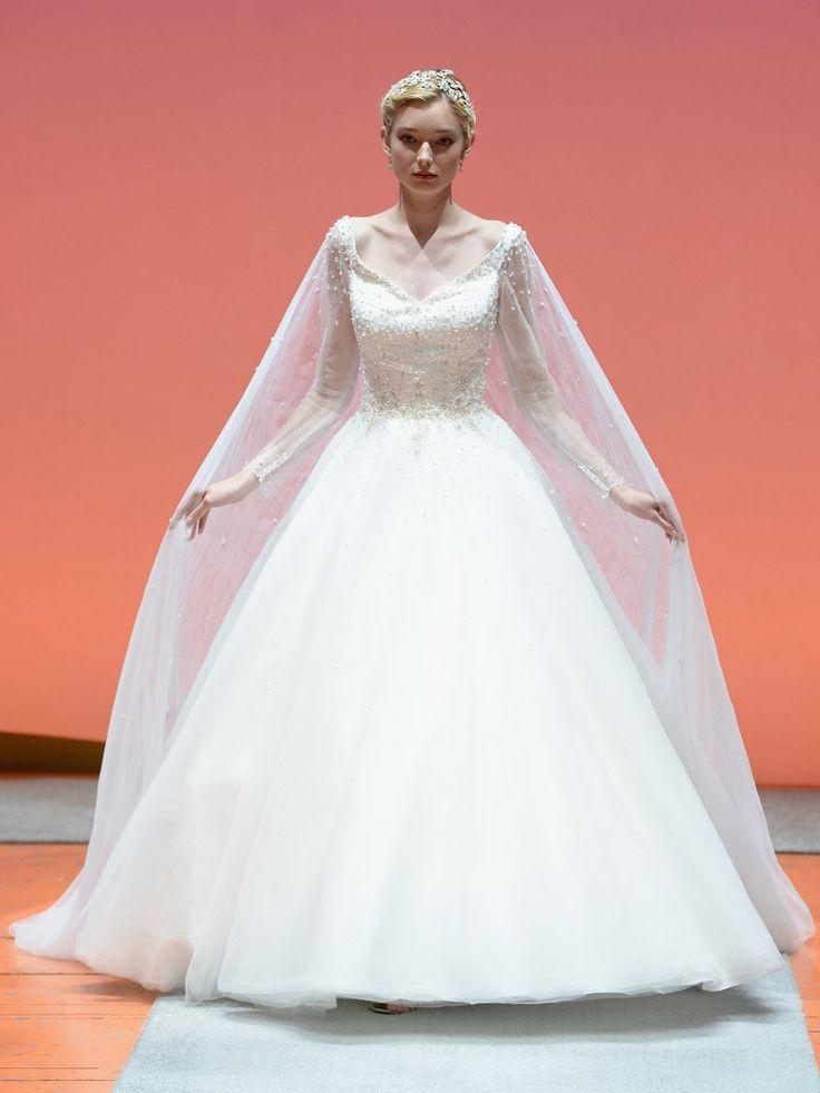 """Unser Lieblingskleid aus der Disney-Kollektion! Designer Alfred Angelo stellt sich das Hochzeitskleid für Elsa aus """"Frozen"""" mit langen Ärmeln und einem transparenten, bestickten Cape vor. Hübsch! Was meint ihr?"""