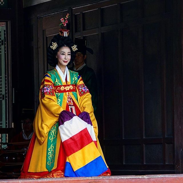 #dancer performing in #changdeokgung #palace. #seoul #korea #southkorea #traditional #outfit #traditionaloutfit #dress #koreandress #traditionalkoreandress #holidays #asiantrip #koreantrip #asianescape #asia #travel #holiday
