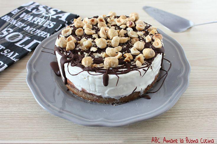 La torta fredda alla panna è una deliziosa torta con base di biscotti, farcita con panna montata e latte condensato, decorata con cioccolato e nocciole!