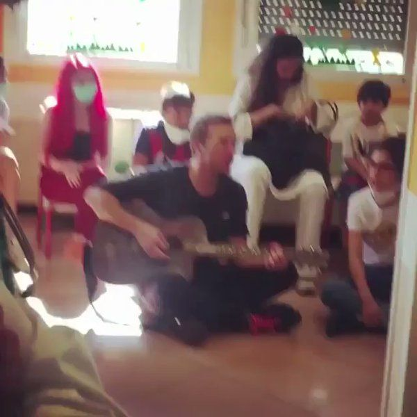 Chris Martin performing Something Just Like This while visiting a children's hospital in Milan | via https://instagram.com/p/BWKZz1HjDIV/