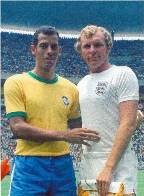Carlos Alberto Torres e Bobby Moore. Capitão do Brasil e Capitão da Inglaterra. Copa do Mundo do México em 1970. Foto da troca de flâmulas.