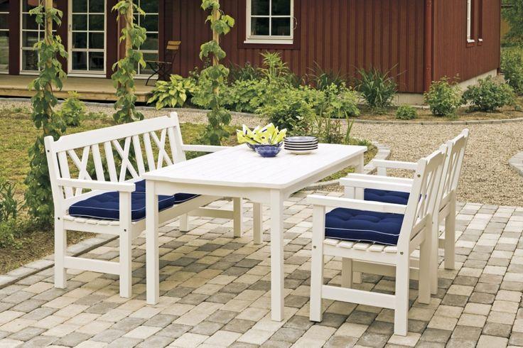Soffgrupp Smedsholmen med vitt utebord, 3-sitssoffa och 2 fåtöljer. Klassiska vita utemöbler! Mått bord: 150x85 cm.
