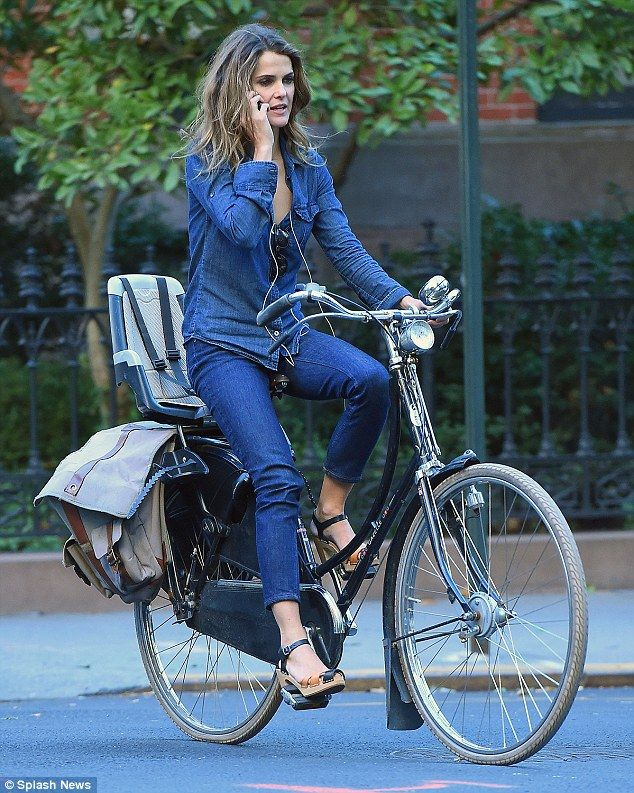 she looks very Dutch, talking on her cell whilst biking --> Keri Russell in NYC