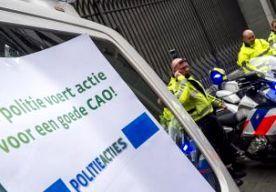 15-Apr-2015 10:46 - POLITIE MAG NIET ACTIEVOEREN OP CYBERTOP. De politie mag geen actie voeren tijdens de internationale cybertop in Den Haag. De Nederlandse Staat en de korpsleiding hadden een kort geding aangespannen om de werkonderbreking te voorkomen. De rechter in Den Haag gaf hen gelijk en noemt de acties onrechtmatig. De leiding en de Staat vinden dat de veiligheid op de Global Conference on Cyberspace in het geding komt als agenten het werk neerleggen. De bonden zeggen dat daar...