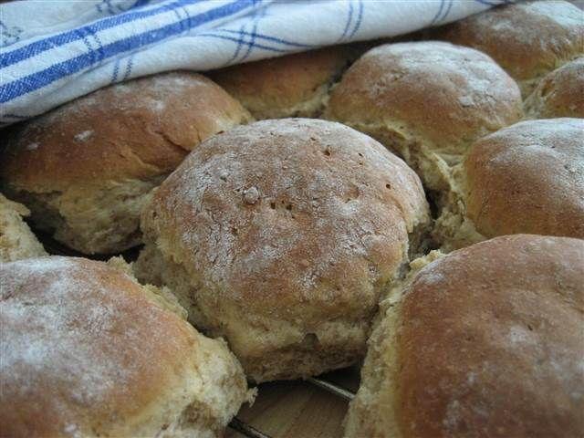 Vem älskar inte hembakat bröd? Speciellt när det är nybakat tillsammans med smör och en god ost! Dessa frallor innehåller solrosfrön som ger frallorna det