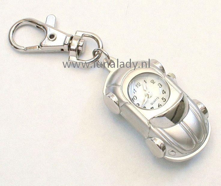 Tas, achteruitkijkspiegel- of sleutelhanger.  Leuke metalen VW kever tas/sleutelbos hanger met quartz klokje.  Het klokje wordt geleverd op tijd met nieuw ingezette batterij. €4,95.  http://www.lunalady.nl/a-20516832/klokjes-diverse/tas-sleutelhanger-vw-kever-chroom/