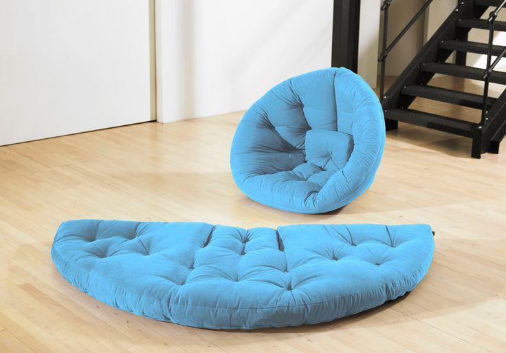 Poltrona letto futon Nido, comoda e versatile. Basta staccare le 4 cinghie in velcro sullo schienale e diventa velocemente un futon a mezzaluna. Colore Celeste