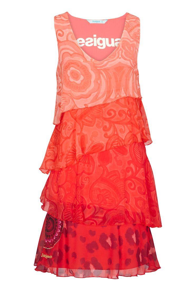 Kjole Nerea fra Desigual i A-formet model med diagonale, brede flæser i forskellige farver og mønstre. Flæser af vævet chiffon med selve kjolen og for af blød jersey. Længde ca. 93 cm i str. M.