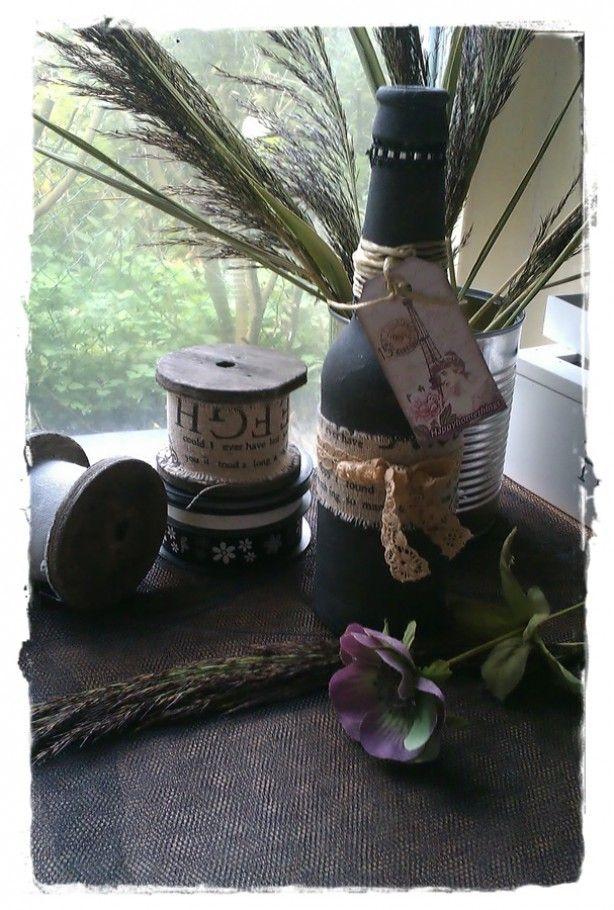 bierflesje versierd (gesso wit met zwarte kinderverf mengen klein beetje, laten drogen en 2 maal met zwart over sponsen. gewoon huis tuin en keuuken sponsjes die ik in kleiner formaat knip, daarna naar wens versieren)
