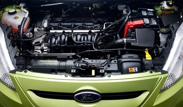 El cofre del fiesta 2013 cubre un eficiente motor de 1.6L con 120 HP y 112 libras pie de torque.  La tecnología para lograr este desempeño es Ti-VCT, significa que el motor cuenta con dos arboles de levas que se mueven de manera independiente y que ajustan los tiempos de apertura de las válvulas de admisión y escape de forma variable. #FordFiesta2013