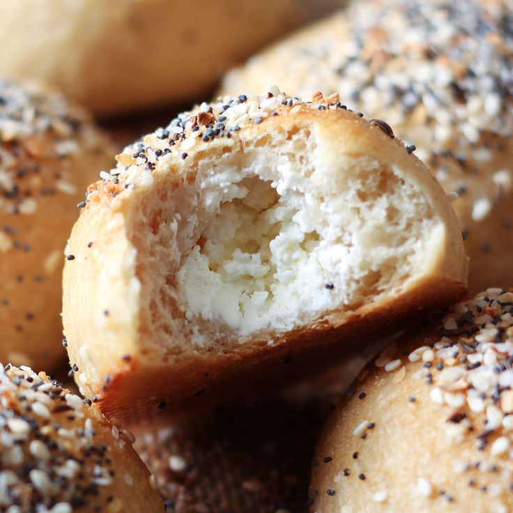 How to Make Bagel Bombs, or cream cheese-stuffed bagel balls that can be made…
