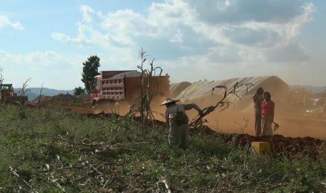 Barmu, zemi bohatou na nerostné suroviny, obklopuje několik velmocí. Ty vždy využívaly její bohatství pro svůj vlastní prospěch a blahobyt. Dokument zachycuje osudy lidí žijících podél nově zbudovaného čínského ropovodu vedoucího přes značnou část severní Barmy. V oblastech, kde donedávna bylo hlavním způsobem obživy tradiční zemědělství, nyní masivní průmyslová výstavba zásadně mění životy místních obyvatel, aniž k tomu mohou cokoli říci...
