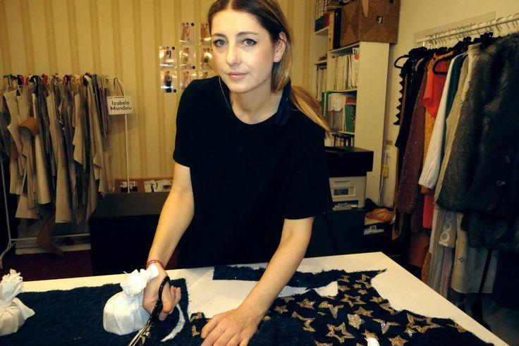 #WelcomeToMyStudio - povestea motivelor tradiționale pe hainele imaginate de Izabela Măndoiu - AlistMagazine