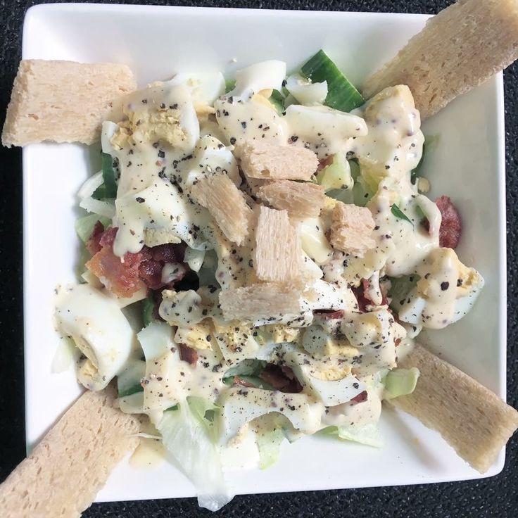 Homemade  Salad  Benodigdheden: - Halve ijsbergsla - Halve komkommer - 2 eiren   - Halve ui - 2 plakken gerookte kaas (AH) - Gebakken bacon - 4 Cracotte crackers  - Honing mosterd dressing