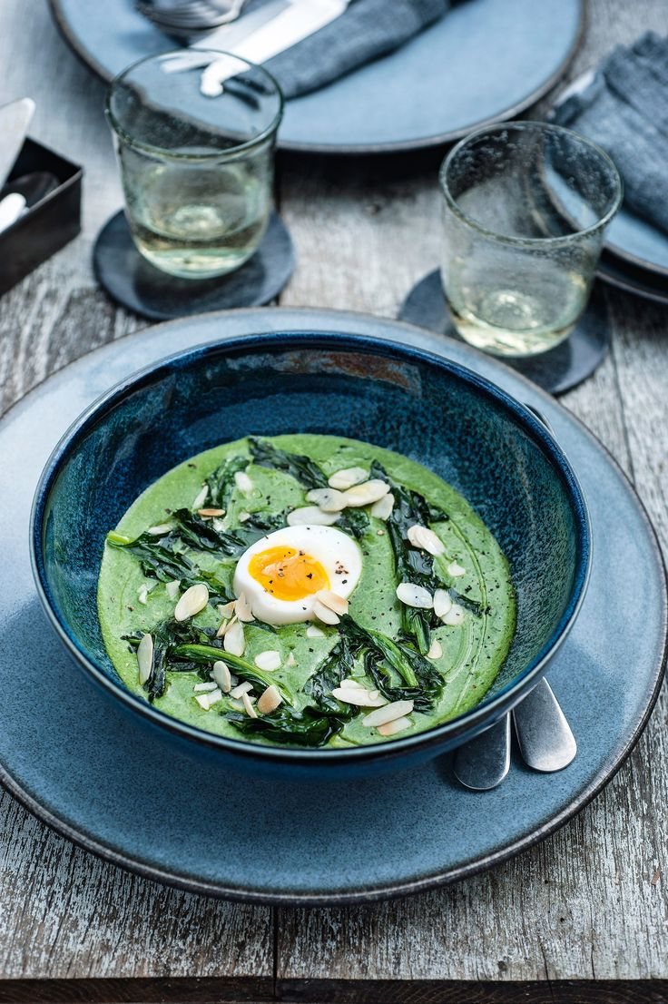 Soepje van spinazie met amandelschilfers en een eitje | Pascale Naessens