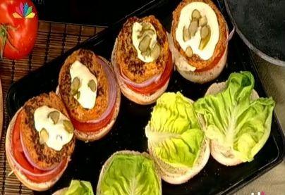 Κοτό - Burger με τσένταρ και πίκλες σως με ελαιόλαδο και γιαούρτι από τον Κυριάκο Μελά
