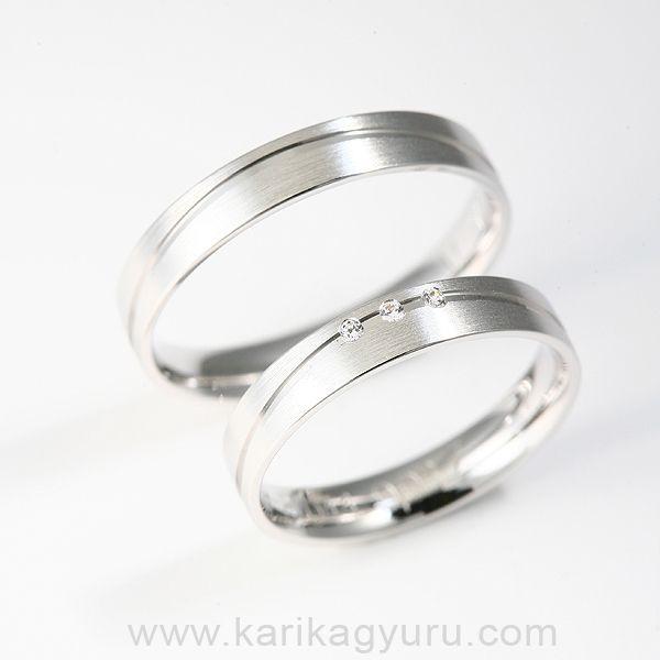 Modern 4 mm széles, vésett fehér arany karikagyűrű pár kb. 6-7 g. A női gyűrűben összesen 0,03ct G/vs minősítésű briliánsra csiszolt gyémánttal. A gyűrűket sárga és vörös aranyból is elkészítjük. Az ár 14 katatós aranyra és általános méreteke vonatkozik. Vállalási határidő 2-3 hét.
