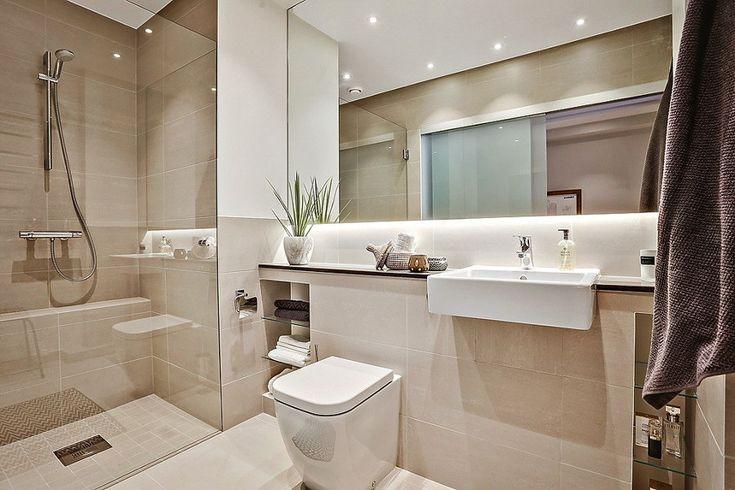Baño con azulejos color crema