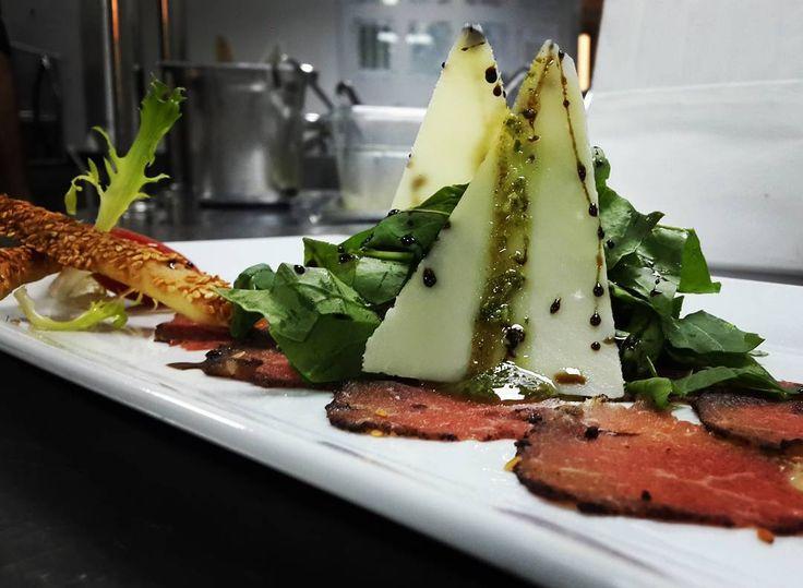 """En güzel mutfak paylaşımları için kanalımıza abone olunuz. http://www.kadinika.com #calf #carpaccio #food #instafood  #delicious #eat #dinner #italianfood #italiankitchen #mutfakgram DONATELLA PİATTİ""""  Bir İtalyan restoranına gittiğinizde mönüde başlangıçlar altında carpaccio tabağı mutlaka dikkatinizi çekmiştir. Eminim ki bir kere ısmarlamış ve o  üzerine parmesan serilmiş roka ile süslenmiş hafif incecik et dilimlerinin tadına bakmışsınızdır. Garson ise gururla üzerine biraz zeytinyağı ve…"""