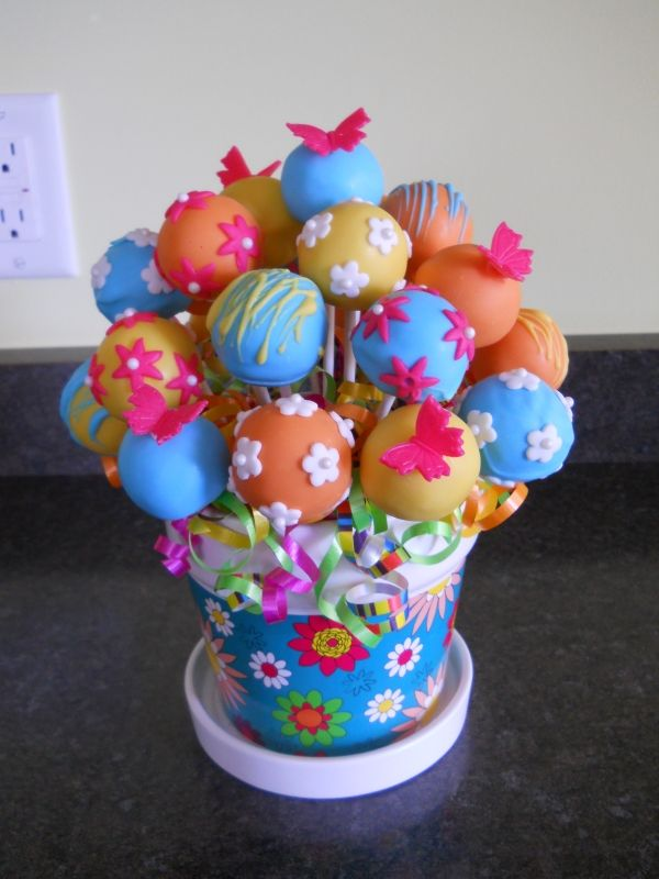 Great cake pop bouquet for birthday gifts or to use as centerpieces for parties or showers!