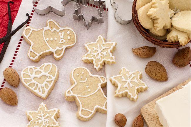 I biscottini di Natale alle mandorle sono dei golosi dolcetti  decorati con la glassa bianca, semplici da realizzare ma di grande effetto!