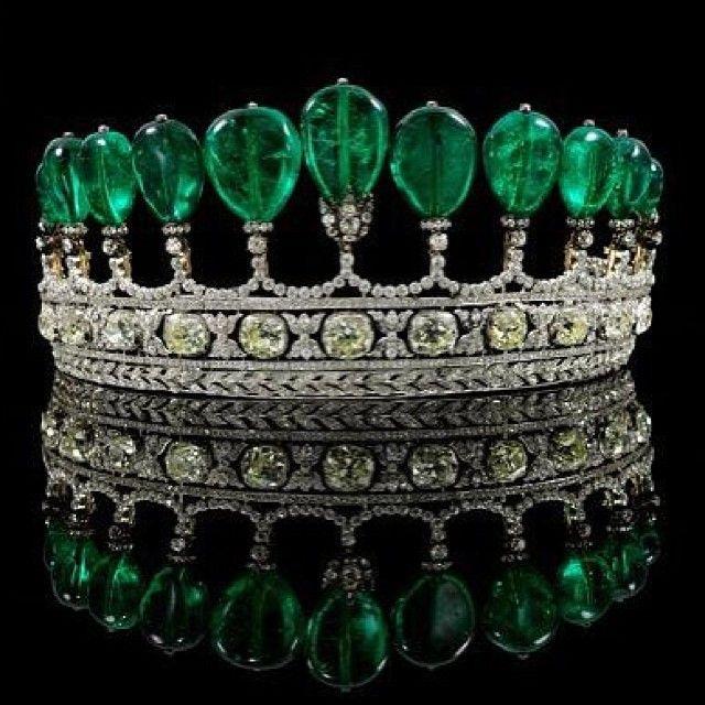 """Esta magnífica #tiara, fue vendida por la suma récord de $12.7 millones, por la famosa casa de subasta Sotheby's en el evento """"Magnificent & Noble Jewels"""" en #Ginebra. La increíble tiara hace alarde de once raras esmeraldas colombianas en forma de pera, que pesan 500 quilates en total. Las exclusivas #esmeraldas están montadas individuales sobre una cúspide y decoradas con #diamantes."""