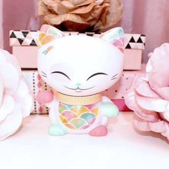 """14Au Japon, """"Maneki neko"""" est réputé porter chance, bonheur et bonne fortune à son propriétaire. Il est représenté sous la forme d'un chat avec une patte en l'air qui salue. On le retrouve partout en Asie, dans les maisons, les bureaux et les restaurants."""
