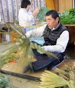 注連縄づくり、手際よく作業 徳島・鳴門:朝日新聞デジタル 藤川商店 He has made a New Year decoration of straw rope.