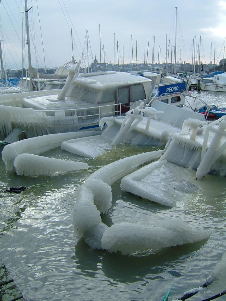 The cold did not save sailing ships moored in the ports of Leman, Switzerland. In Geneva, several boats sank under the weight of the ice.