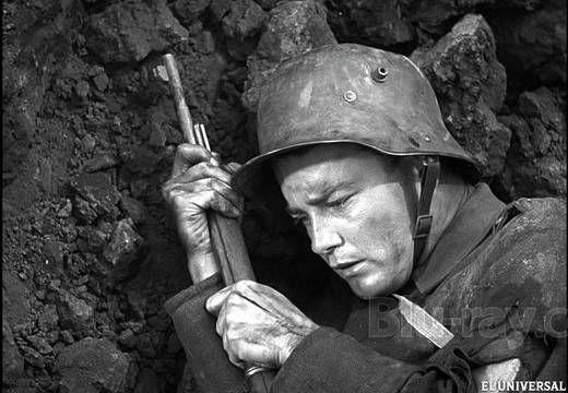 4 Sin novedad en el frente de Lewis Milestone (1930) 8,1 punts a IMDb. All Quiet on the Western Front és una pel•lícula americana sobre una novel•la de l'alemany Erich Maria Remarque. Aquest cant antibel•licista va provocar enfrontaments entre nazis i comunistes. Escena final memorable quan  el soldat alemany Paul vol tocar una papallona i treu el cap per sobre de la trinxera.
