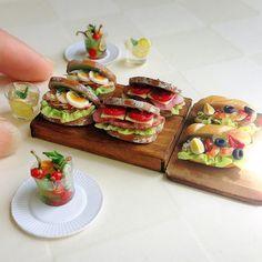 チキン&ゆで卵のサンド パストラミ&トマトのサンド エビ&ゆで卵のサンド 2つずつ作りました。  暑いけどモリモリ食べて今日も頑張ろうね。  #ミニチュア#樹脂粘土#ハンドメイド#ミニチュアフード#サンドイッチ#パン#朝食#miniature#clay#handmade#sandwich#miniaturefood#bread#breakfast#lunch#instafood#foodphotgraphy#yummy#kawaii#onthetable