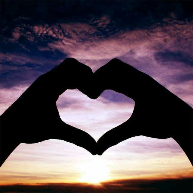 Se c'è da scegliere tra mente e cuore,ricorda che il cuore ha sempre ragione, perché la mente è stata creata dalla società. È un prodotto dell'educazione. Ti è stata data dalla società, non dall'esistenza. Il cuore è incontaminato. (Osho)