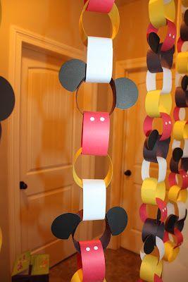 Decoración deguirnaldas de artulinad e fiesta Mickey Mouse.