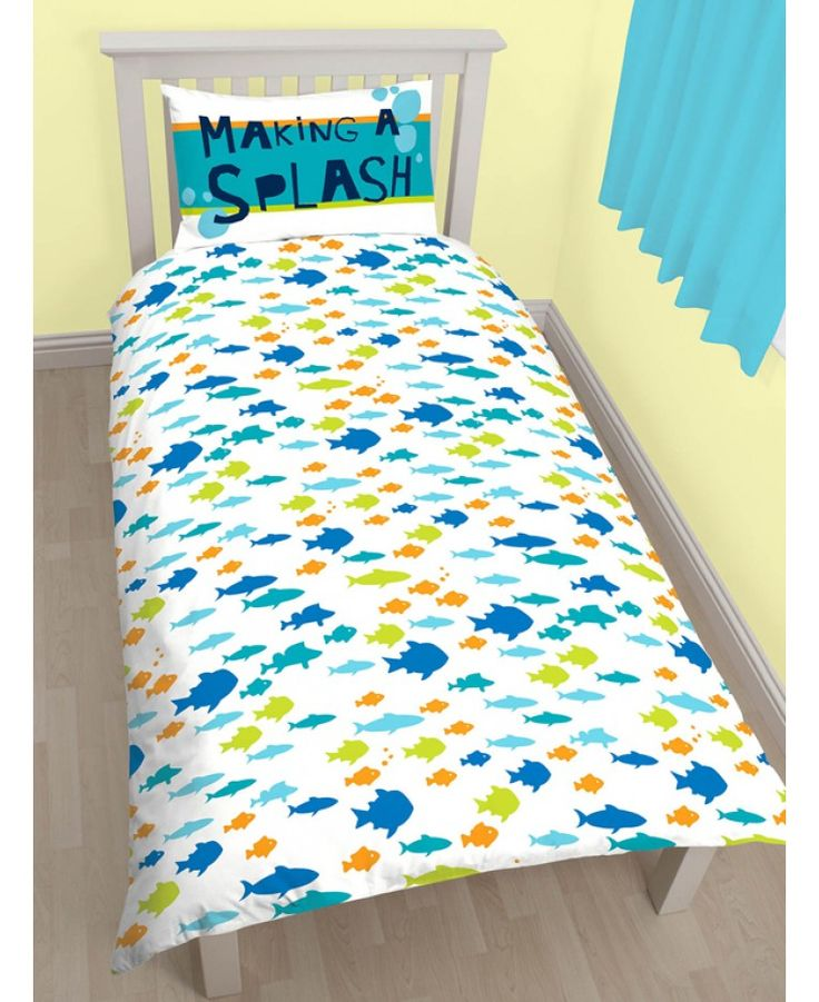 This adorable single duvet cover set is a must for any little Disney Finding Nemo or Dory fans! One side of the duvet features has a fun and colourful fish design in a repeat pattern on a white background.