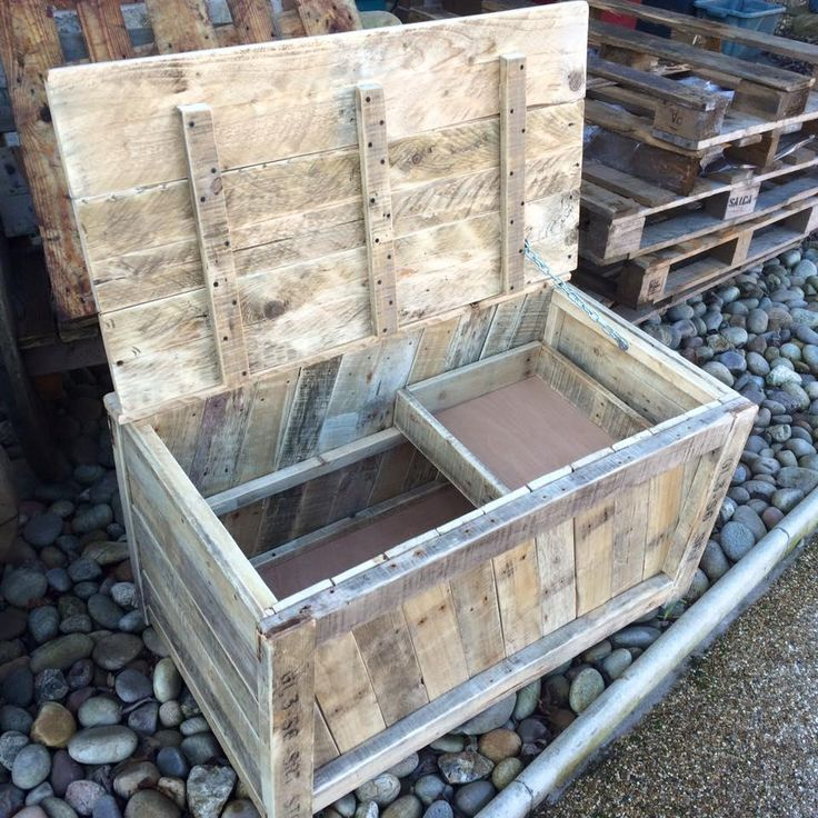 DIY Wooden Pallet Chest Designs | 101 Pallet Ideas - The whole set up of the chest has been shaped up from the pallet slat pieces of wide and thin size, packed tightly for a compact structure.