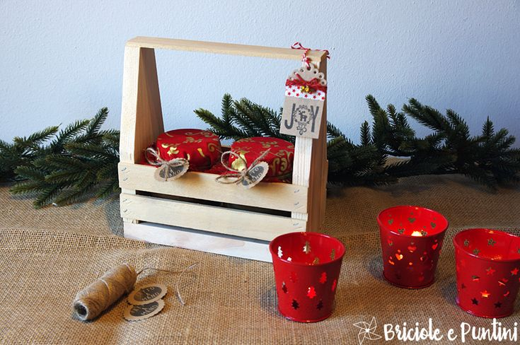 """Se cercate su Pinterest """"wooden toolbox"""" non troverete delle cassette degli attrezzi in legno ambientate su banchi da lavoro o con dentropinze e martelli, ma le vedrete trasformate in attaccapanni, portafiori, portapenne, portaposate, portalanterne, portabottiglie, portalavette, portaqualsiasicosa. Insomma, la toolbox è praticamente un complemento di arredoprimitive/country che è un vero e proprio jolly e si presta a moltissime interpretazioni anche natalizie. Certo che la questione…"""
