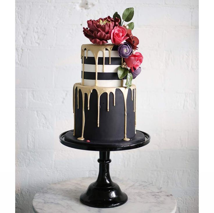 Winter weddings need a cake with real drama, something to make a statement… If that is what you're looking for, please let us introduce you to Sweet Bloom Cakes' black, gold and white creation. The monochrome top tier is super stylish and the combination of black and gold makes it really stand out. The red and mauve flowers on top are the perfect finishing touch as the give the cake the feminine touch it needs to be totally wedding worthy.