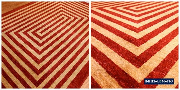 Adriano 57. Kahdella värillä toteutettu tiukan geometrinen malli, kokonaan villaa ja käsityötä. Suunnittelu Dani & Sascha Mischioff. ref:789. Koko : 199 x 201 cm